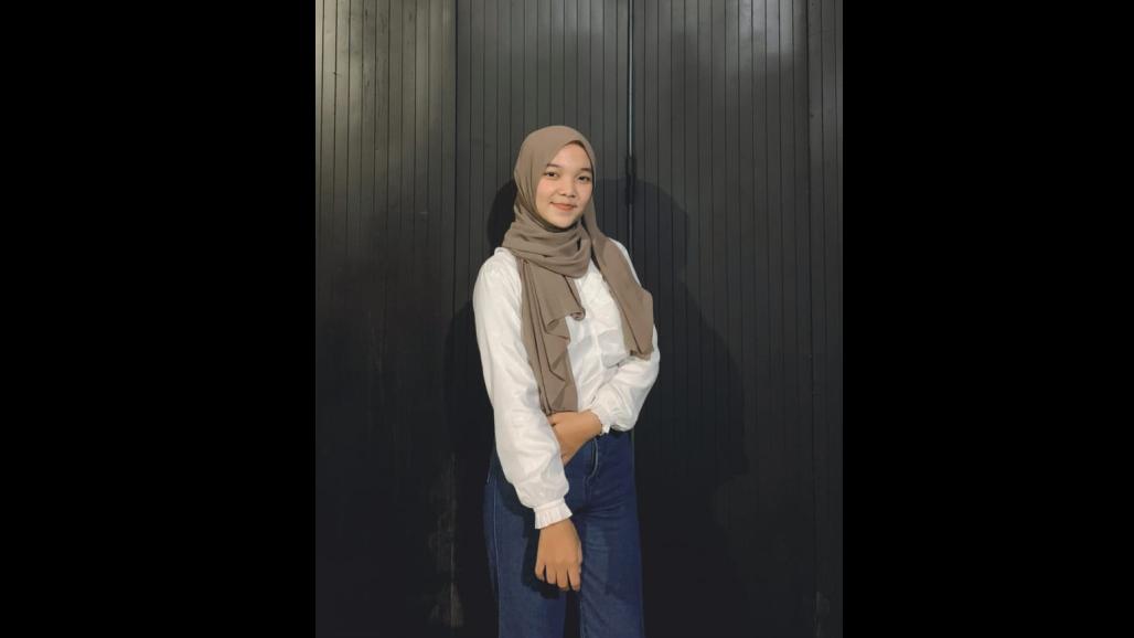 Civanda Adi Putri (Mahasiswa Ilmu Pemerintahan UNDIP), Juara I Lomba Baca Puisi Tingkat Nasional Yang Diselenggarakan Oleh UNY